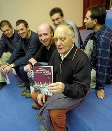 """Acto de presentación en Gasteiz del libro """"Araka y Desamparadas. Expolios militares"""", escrito por el colectivo Gasteizkoak Taldea. En la imagen, miembros de Gasteizkoak."""